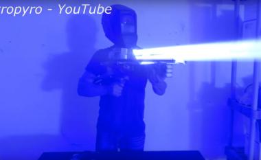 Njihuni me armën laserike që për pak sekonda shpon çelikun (Video)