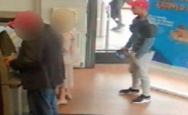 Momenti kur hajni i pashpirt i vjedh paratë gruas 91-vjeçe para bankomatit (Video)