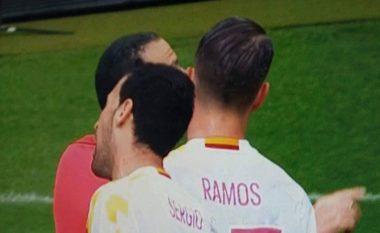 Busquets-Ramos, kjo që ndodhi gjatë një momenti në pjesën e parë iu ka ikur të gjithëve (Foto)