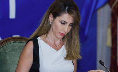 Deputetja shqiptare tërheq vëmendje me dukjen e saj (Foto)