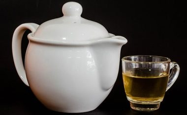 Përfitimet shëndetësore të çajit të limonit me gjethe bari