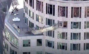 A do të guxonit të rrëshqisnit në toboganin që gjendet në katin e 70-të? (Foto/Video)