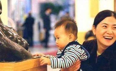 Vogëlushi i uritur, statujën e ngatërroi me nënën e tij (Foto)