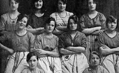 Kjo foto e para 100 viteve ka diçka misterioze - dhe të frikshme! (Foto)