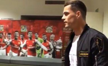 Momentet e para, Xhaka në zhveshtoren e Arsenalit (Foto/Video)