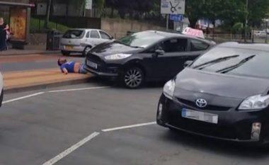 Instruktori qëllimshëm e shkelë me veturë një burrë (Video)