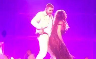 Rihanna çmend publikun, dridh të pasmet para Drake (Video)