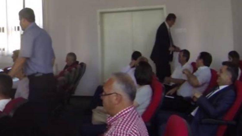 Sali Asllanaj nuk mund ta gjejë derën e sallës (Video)