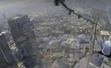 Hapet rrëshqitësja prej qelqi, në ndërtesën me 70 kate (Video)