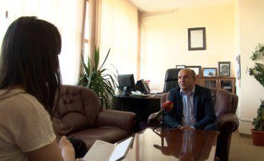 Zyra e kryetarit të Novobërdës pa asnjë simbol shtetëror të Kosovës (Video)