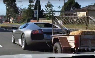 Ndodh edhe kjo: Lamborghini tërheq rimorkion e mbushur me sanë dhe dhi (Video)