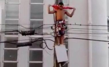Ngjitet në shtyllën elektrike, por tensioni i lartë e shkrumbon (Foto/Video, +18)