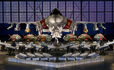 Ky është aeroplani luftarak më i sofistikuar në botë, që bartë të gjitha llojet e municioneve (Foto/Video)