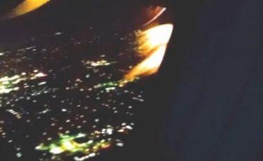Momenti rrëqethës kur motori i aeroplanit përfshihet nga flaka gjatë fluturimit (Video)