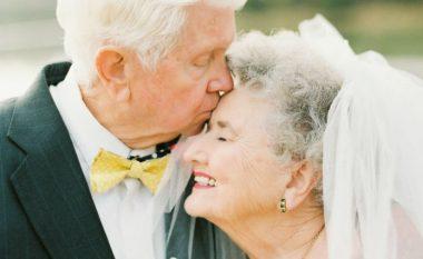 Dashuria mbi të gjitha: Fotografitë e çiftit, që festoi 63-vjetorin e martesës kanë përlotur gjithë botën (Foto)