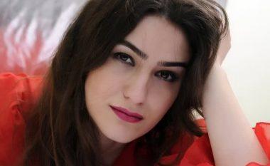 Foto e aktores kosovare duke marrë mjet të dyshimtë? (Foto)