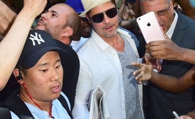 I shumë pëlqyeri Brad Pitt rrethohet nga fansat për pak sekonda (Foto/Video)