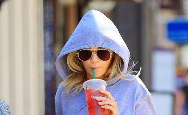 Rita Ora lë sytjenat e saj në shtëpi, teksa del për një shëtitje në rrugët e New Yorkut (Foto)