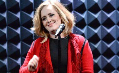 Fansi me fat: Puthet aksidentalisht në buzë nga Adele (Video)