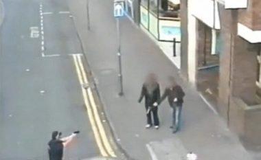 Adoleshenti me revole lodër rrezikoi të qëllohet nga policët (Video)