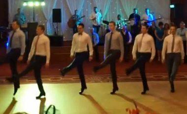 Dhëndri me shokë befasojnë mysafirët me vallëzim të mahnitshëm (Video)