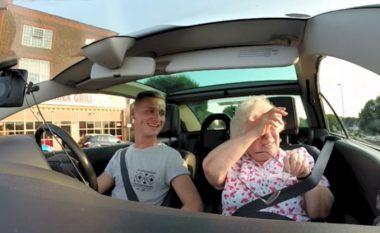 Gjyshja qan nga gëzimi, me befasinë që ia bëri nipi (Video)