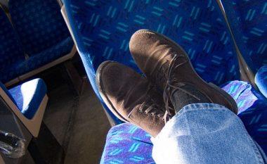 I moshuari ia dredhon dorën djaloshit që i vendoste këmbët në ulësen e trenit (Foto)