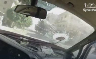 Momenti kur bomba godet ndërtesën, betoni bie në veturë (Video, +18)