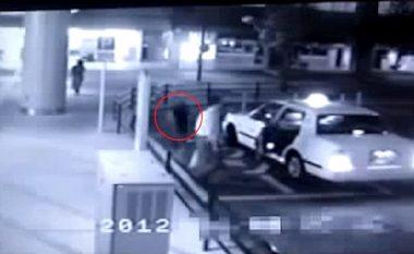 Momenti i frikshëm kur 'fantazma' në formë gruaje ka hyrë në një taksi (Video)
