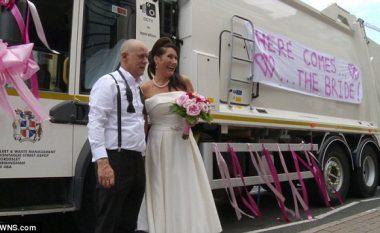 Nusja shkon në ceremoni martesore me një makinë shumë të pazakontë (Video)