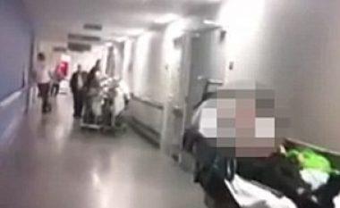 Nuk ndodhi në Kosovë, por në Angli: Pacientët pritën nëntë orë në korridore, pa u kontrolluar nga mjekët (Video)