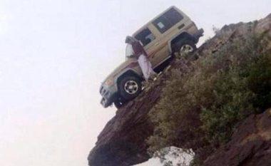 Parkimi i çmendur i veturës në cep të shkëmbit të thepisur (Foto)