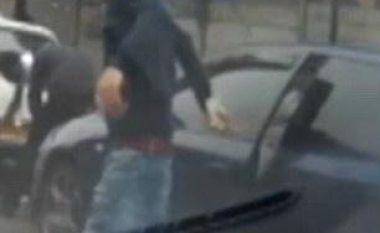 Përplas derën për kokën e mikut, vetëm pak momente pasi shkaktoi aksident trafiku (Video)
