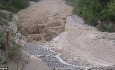 Rrëshqitja masive e dheut, që rrjedh si lumë i rrëmbyeshëm (Video)