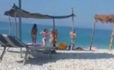 I zë çadrën në plazh, adoleshentja shqiptare përzë me shqelma nënën me fëmijë (Video)