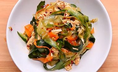 Sallatë tajlandeze me mish të bardhë pule (video)