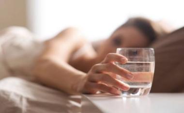 Shkenca prapa të mirave që i sjell konsumimi i ujit herët në mëngjes