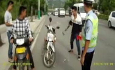 Shkatërron motoçikletën me sëpatë, në përpjekje që t'i shpëtojë gjobës (Video)
