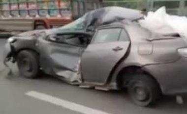 Vozitë veturën e përplasur dhe të dëmtuar rëndë (Video)