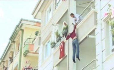 Turku hidhet nga ballkoni pas sherrit me babanë (Video)
