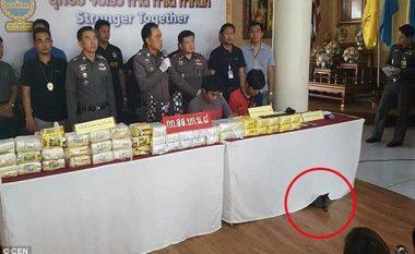 Gjatë konferencës së shtypit për një sasi të madhe heroine, vëmendja shkoi diku tjetër (Foto)