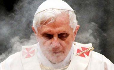 Ish-Papa Benedikti thotë se lobi i homoseksualëve të Vatikanit tentoi të ndikojë tek ai