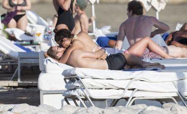 David Guetta nuk përmbahet, skena seksi në plazh (Foto)