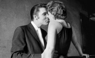 Zbulohet identiteti i vajzës së fotografisë ikonike të Elvis Presleyt (Foto/Video)