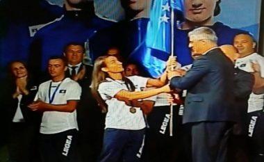 Presidenti Thaçi ia dorëzon flamurin heroinës Majlinda Kelmendi (Foto)