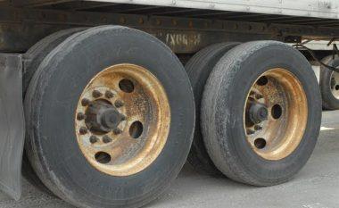 Lëvizja e rrezikshme e kamionëve, sipër urës së dëmtuar (Video)
