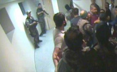 Publikohen pamjet e aksionit kundër puçistëve, në Kullën e kontrollit të Aeroportit Ataturk (Video)