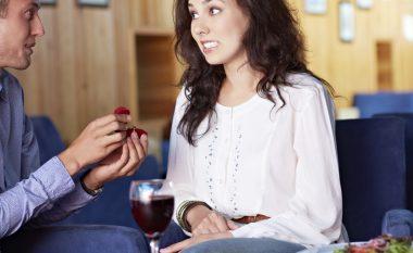 Pasiguria, lumturia, nervozizmi, dashuria: Si punon zemra gjatë kërkesës për fejesë? (video)