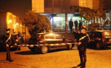 Shqiptari qëllon italianin me thikë