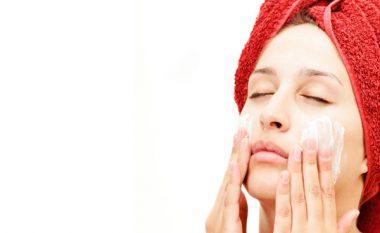 Dy mënyra super të thjeshta për t'u kujdesur për lëkurën nëse jeni mbi 30 vjeçare